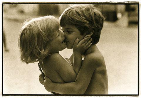 Az egyetlen mód arra hogy elhallgattass egy nőt azhogy megcsókolod